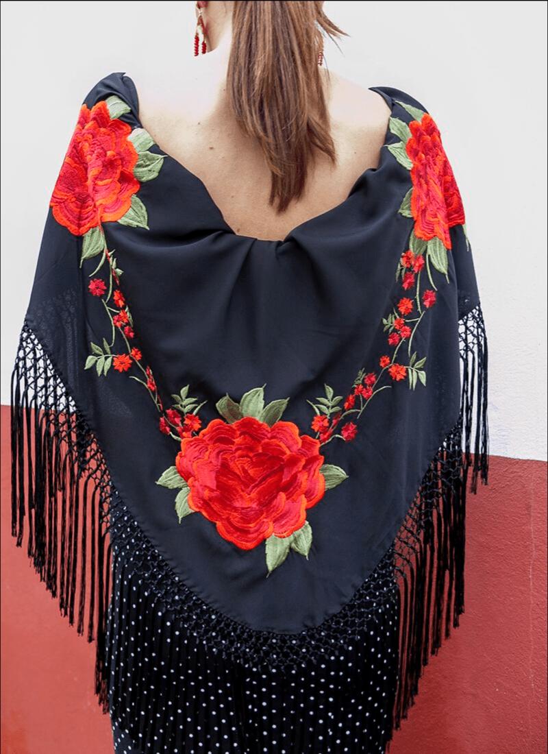 Mantón negro flores rojas | Mejores Complementos Flamenca | The Nook